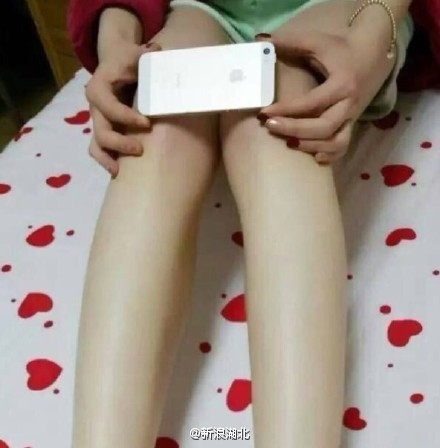 "The ""iPhone 6 Knees Challenge"" Has Women Hiding Their Legs Behind Their Phones"